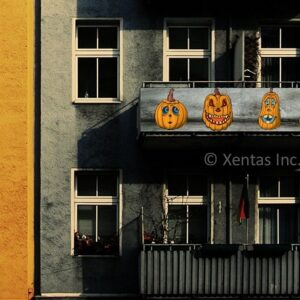alt=balcony-banner-pumpkin-friends